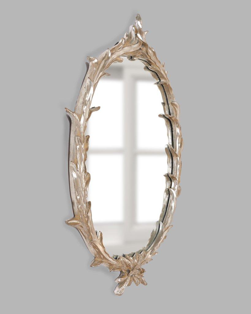 Настенное зеркало в овальной раме