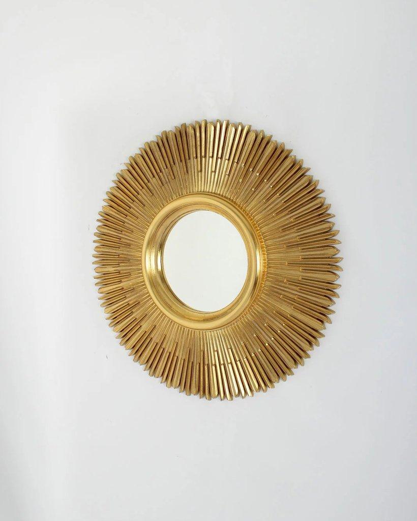 Круглое зеркало в золотой раме