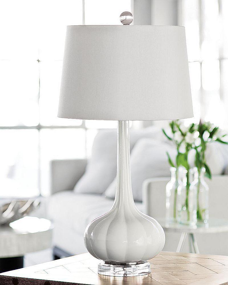 Белая настольная лампа
