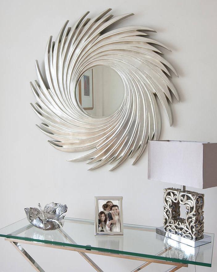 Круглое зеркало в серебряной раме