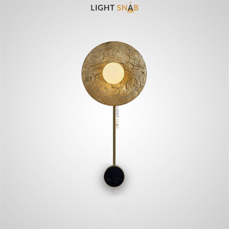 Настенный светильник Roma Ball Stand на вертикальной стойке в форме металлического диска с эффектом сусального золота и шарообразным плафоном