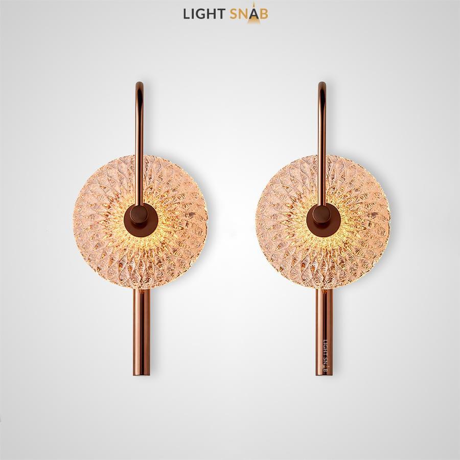 Настенный светильник Sibel с рельефным плафоном из стекла на металлической стойке